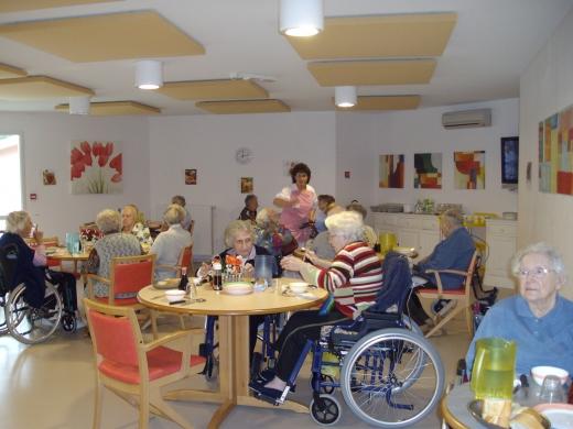 Ehpad maison de retraite col re des aides soignants for Aides pour maison de retraite